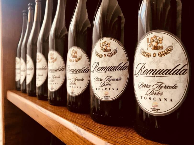 foto delle bottiglie di birra romualda nello scaffale