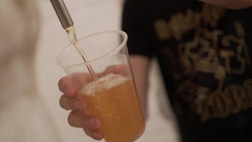 foto di birra versata in un bicchiere