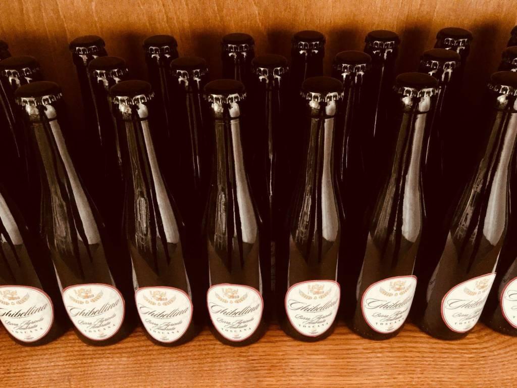 foto bottiglie di birra ghibellina da '33 sullo scaffale