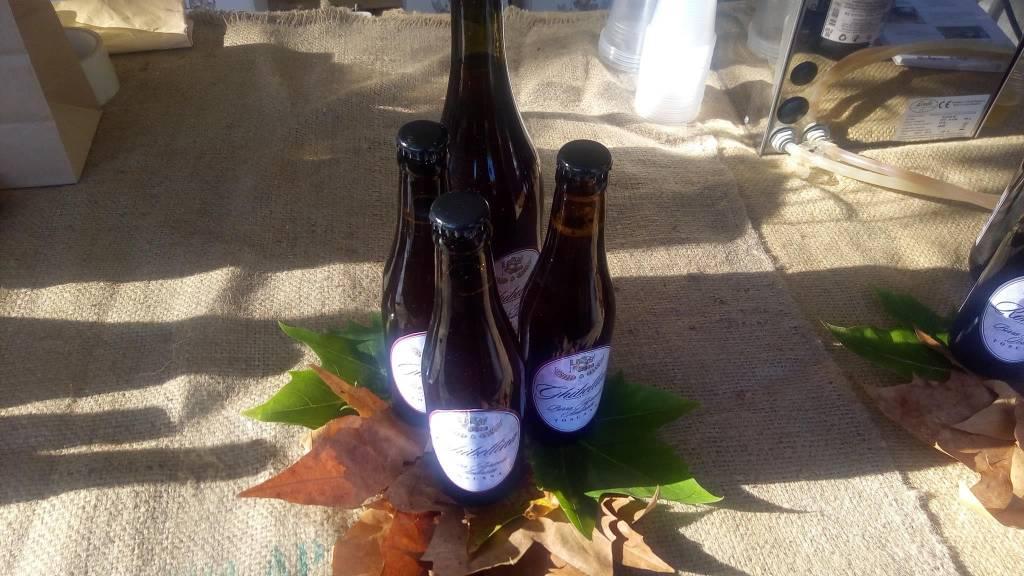 foto di 4 birre sopra delle foglie di fico da davanti