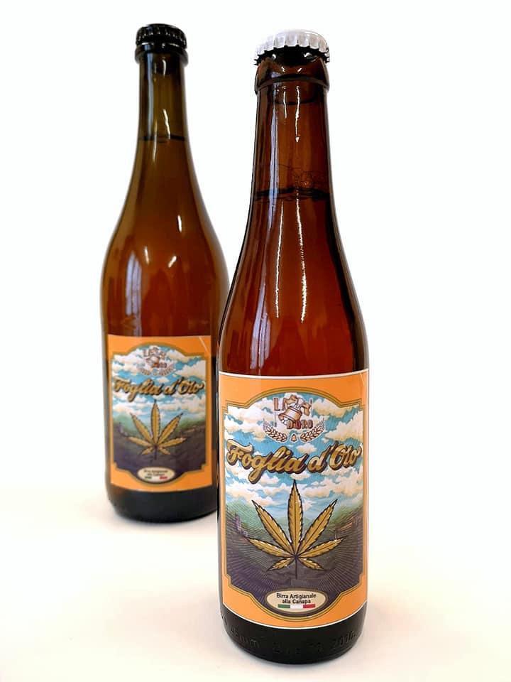 foto di due bottiglie da '33 di birra foglia d'oro