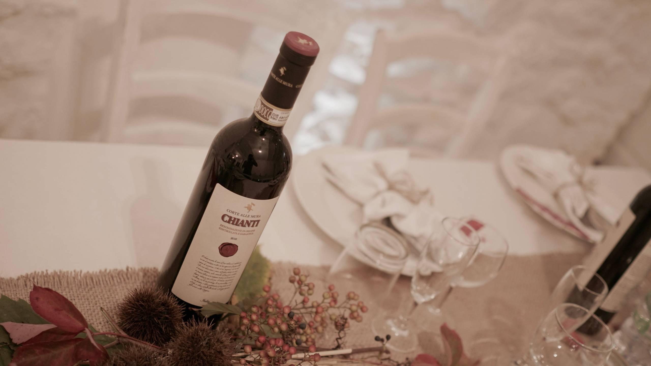 foto da sopra del vino chianti sopra un tavolo