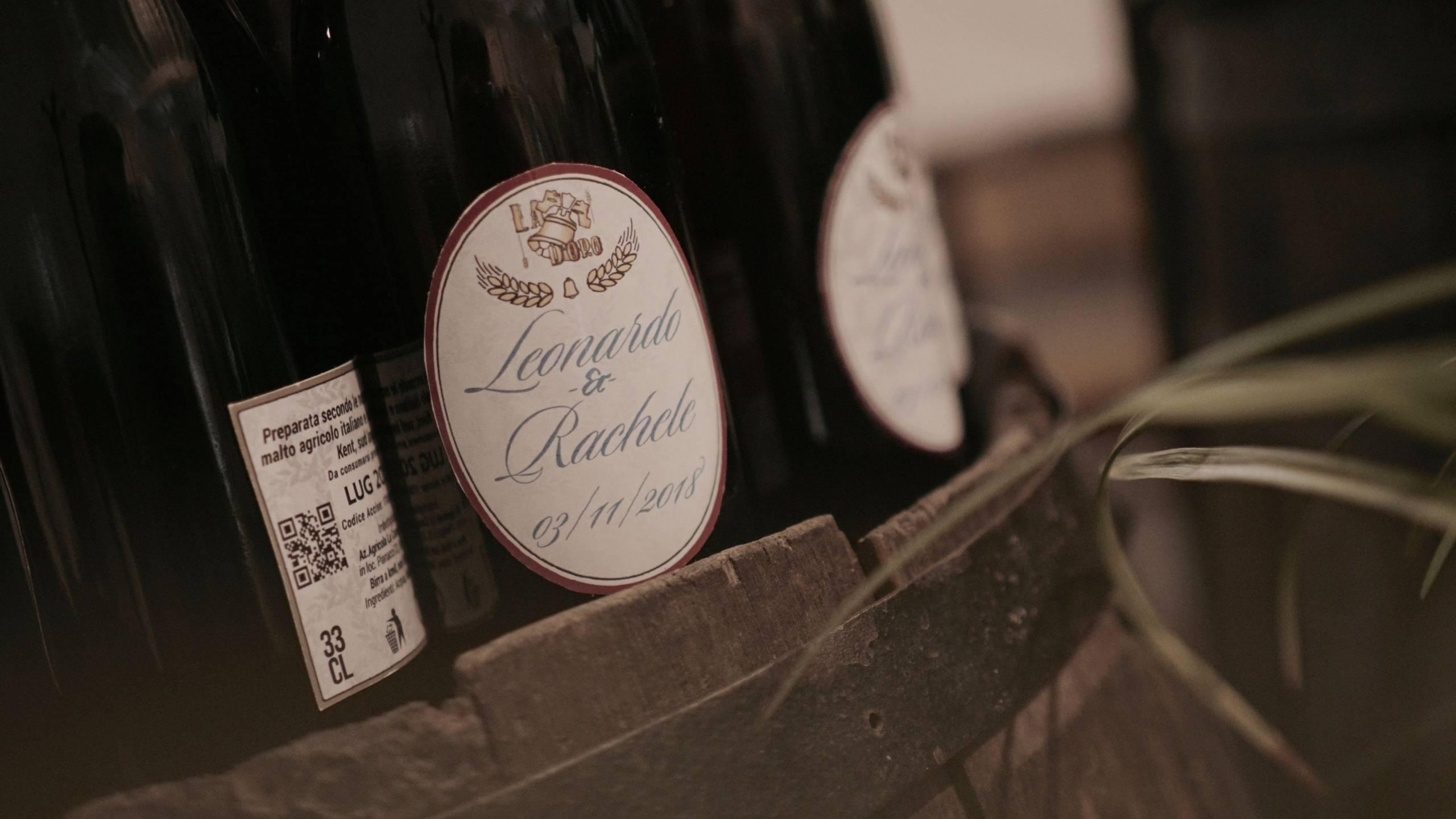 foto di una bottiglia con un'etichetta personalizzata