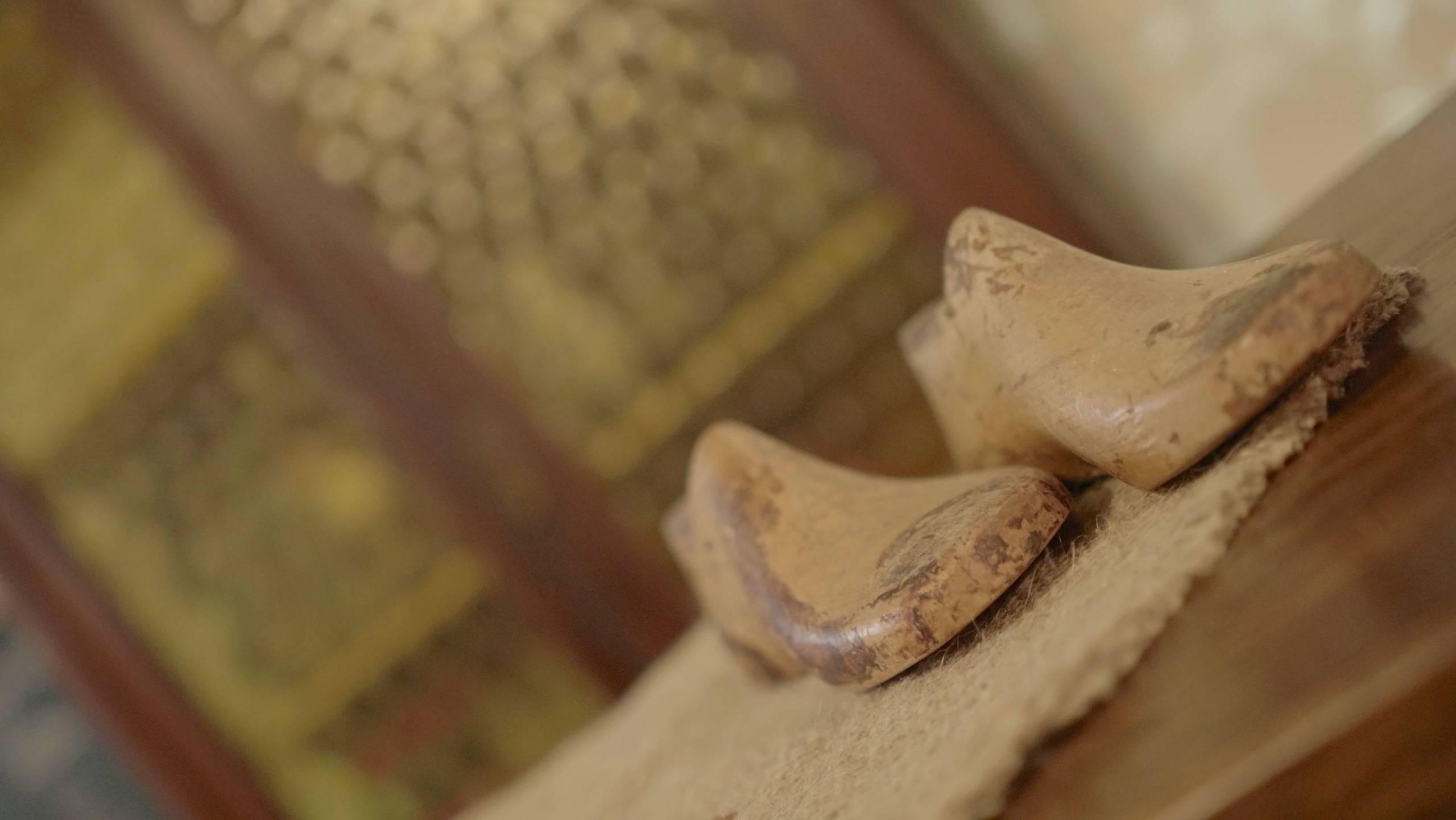 foto da vicino di scarpette di legno sopra un tavolo