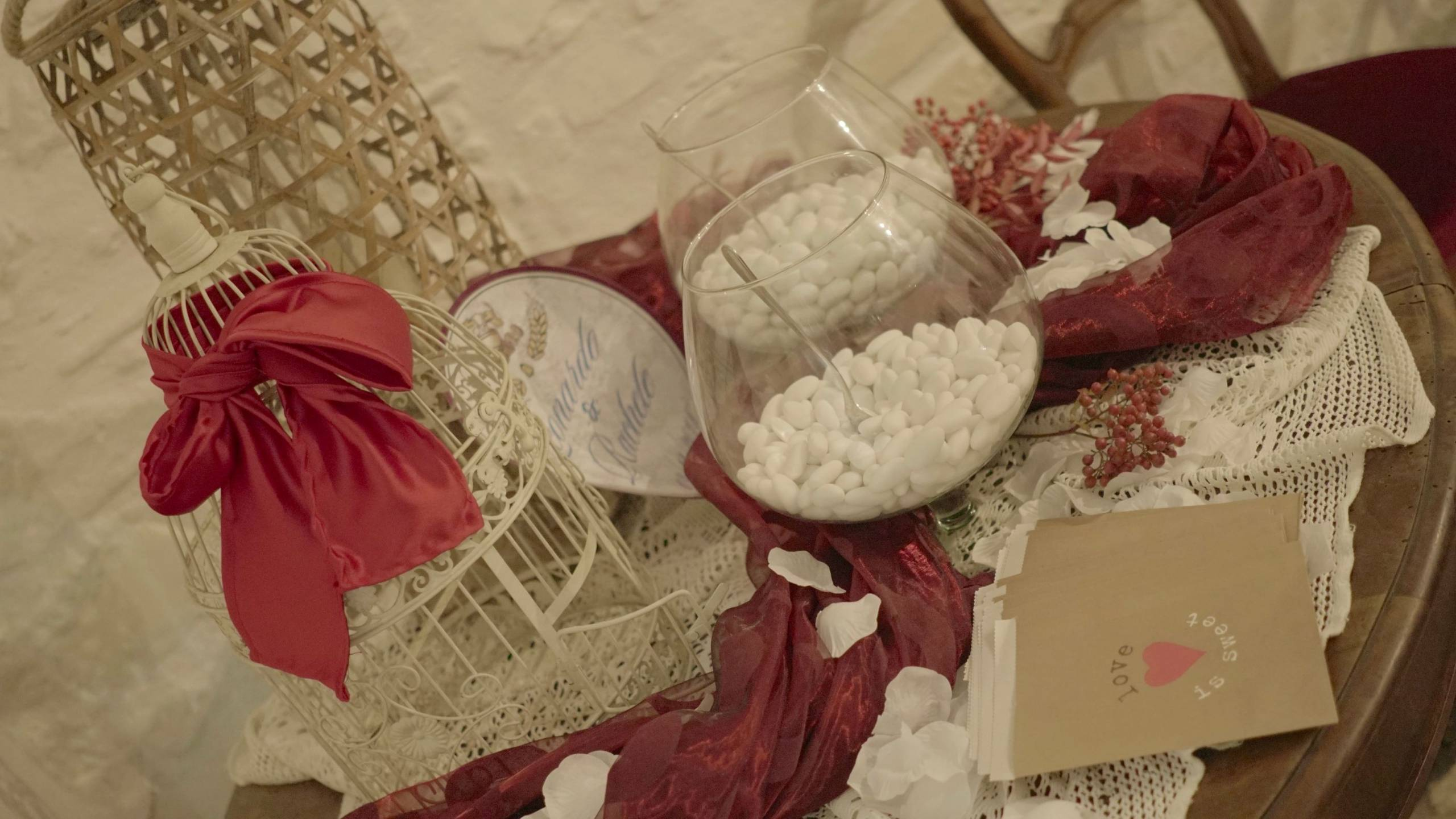 foto da vicino di tavolino addobbato con sopra confetti