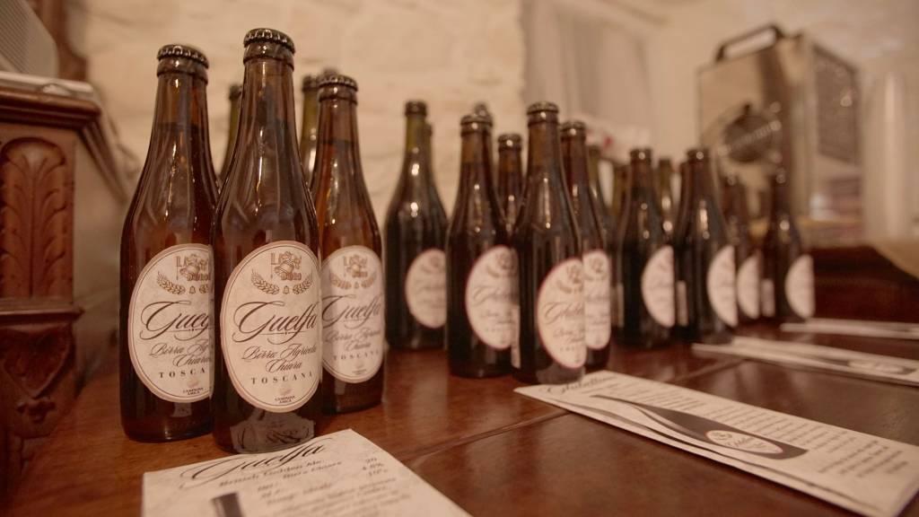 foto di bottiglie di birra da '33 sopra un tavolo