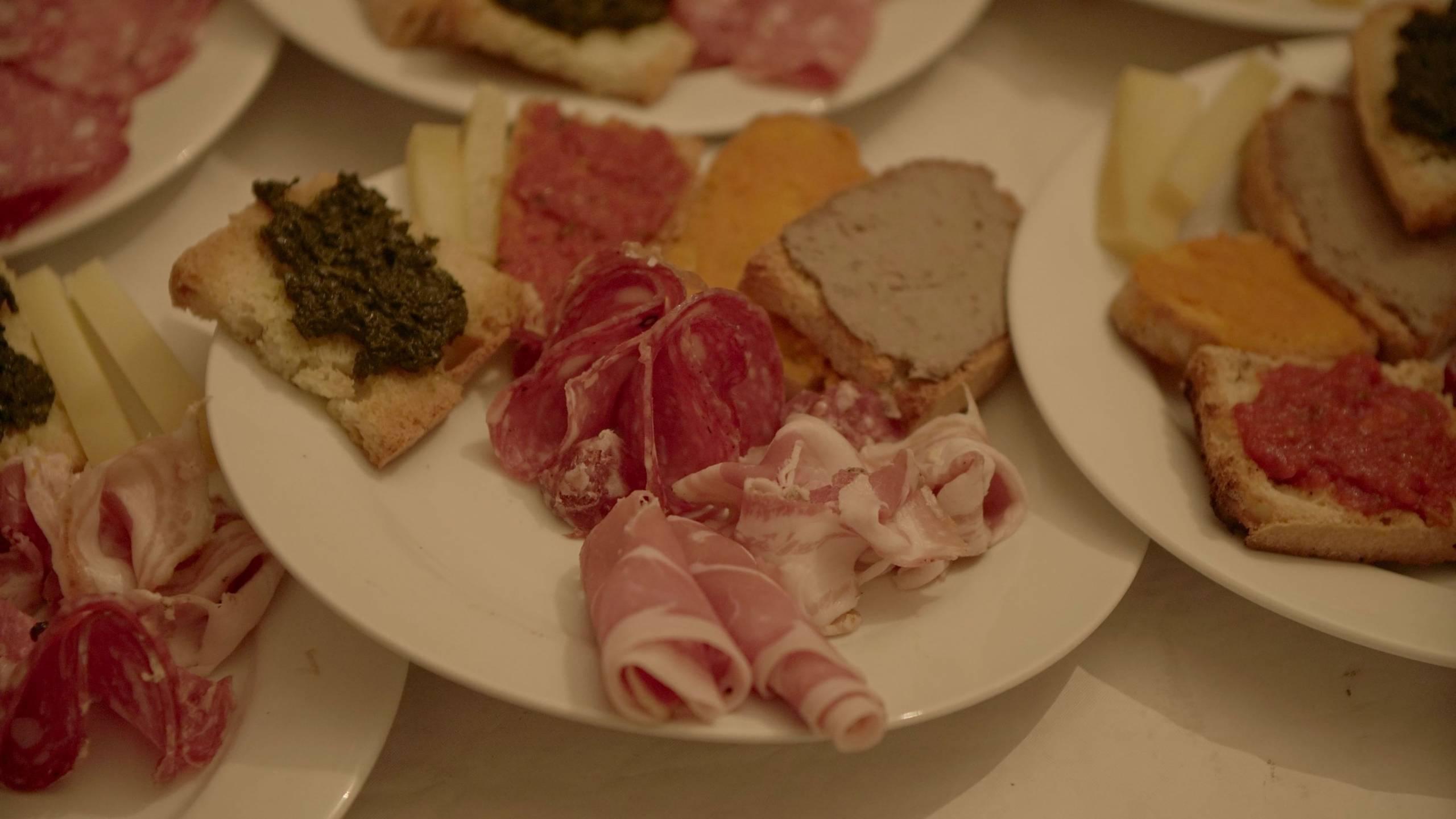 foto da vicino di piatti di antipasti misti