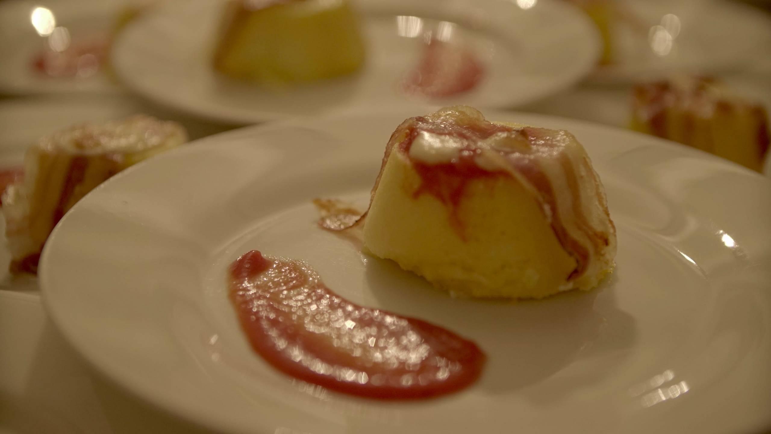 fotto da vicino di un pezzetto di polenta con pomodoro