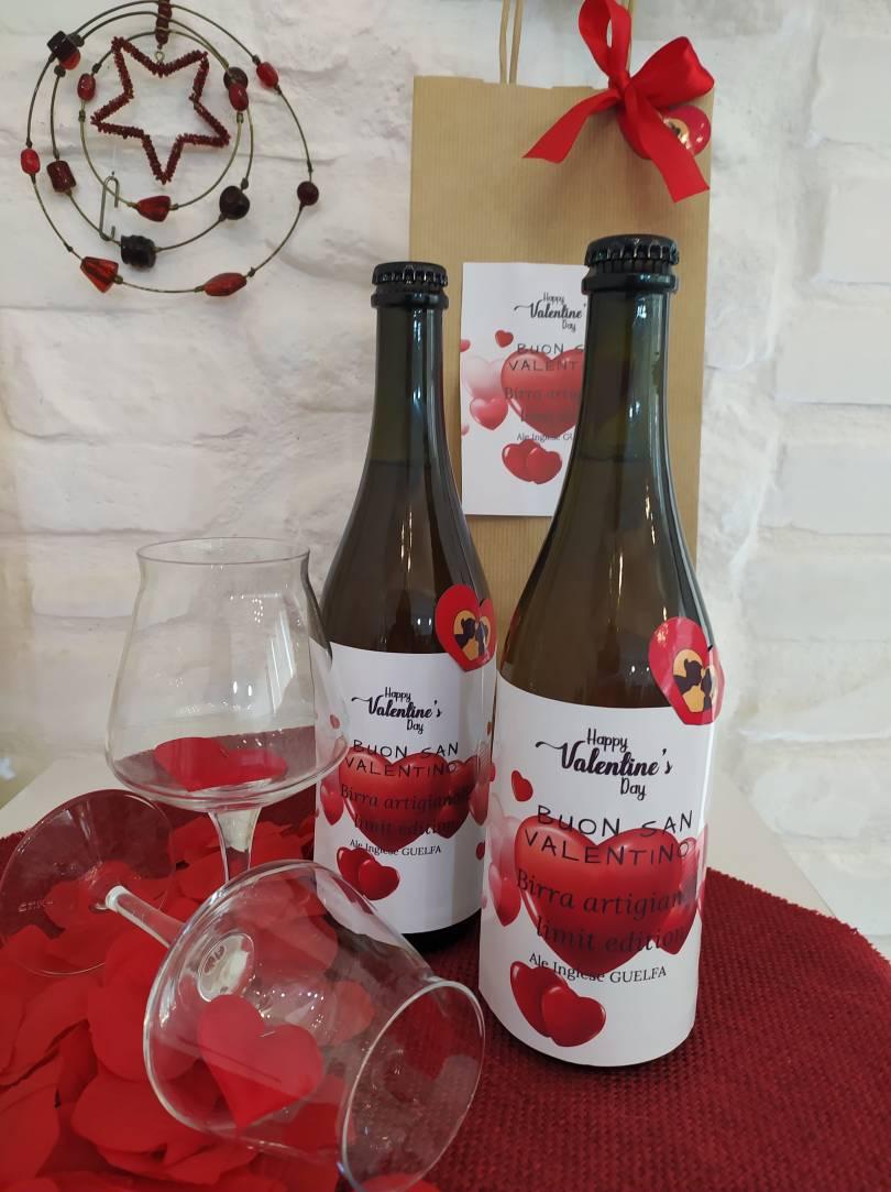 immagine di due birre di san valentino in un tavolo allestito con cuoricini di carta