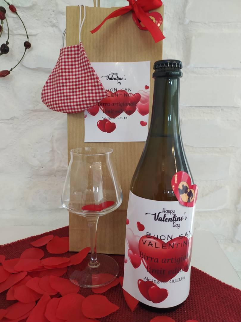 immagine birra di san valentino in un tavolo allestito con cuoricini di carta