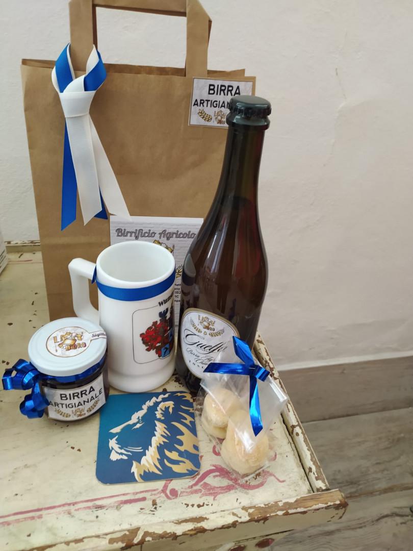 foto di birra, bicchiere, sottobicchiere e shopper, gelatina sopra un tavolino