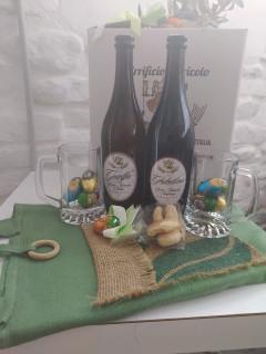 foto di due birre da 75cl sopra un tavolo addobbato con ovini di pasqua