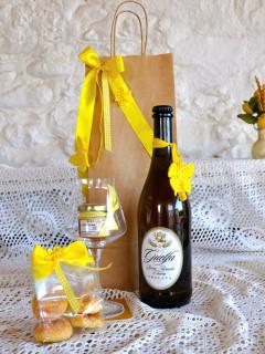 foto di una birra, un bicchiere e una bustina sopra un tavolo addobbato